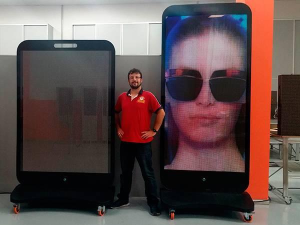 Oferta de tótem publicitario con pantalla led de 96x192 cm P5mm. base móvil